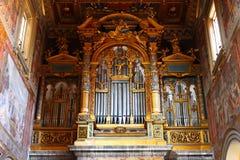 Pfeifenorgel von der großen italienischen Kathedrale, goldene Details Lizenzfreie Stockfotos