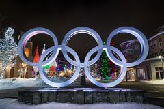 PFEIFER BC KANADA - 14. JANUAR 2019: Die olympischen Ringe gelegen im Pfeifer-Dorf nachts lizenzfreies stockfoto