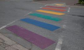 Pfeifer-Regenbogen gemalte Straße, Britisch-Columbia stockfotografie