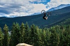 Pfeifer Slopestyle-Gebirgsradfahren lizenzfreie stockfotos