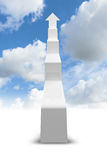 Pfeil 3d in Form des Treppenhauses, das zum Himmel steigt Lizenzfreie Stockfotografie