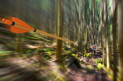 Pfeil, der durch Luft an der hohen Geschwindigkeit zum Bogenschießenziel mit Bewegungsunschärfe, Teilfoto, Wiedergabe des Teils 3 Stockfotografie
