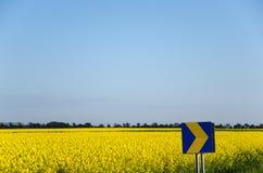 Pfeil am gelben Feld Lizenzfreie Stockfotografie