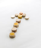 Pfeil gemacht aus thailändischen Münzen heraus Lizenzfreie Stockfotos