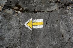 Pfeil gemalt auf Felsen stockfoto
