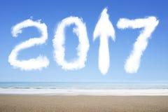 Pfeil 2017 herauf weiße Wolken der Zeichenform im Himmel Stockfotografie
