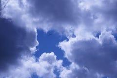 Pfeil im Himmel gebildet durch die Wolken, die oben zeigen lizenzfreies stockfoto