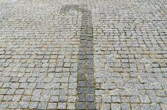 Pfeil links auf einer gepflasterten Straße Stockfotos