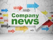 Pfeil mit Unternehmensnachrichten auf Schmutzwandhintergrund Lizenzfreies Stockbild