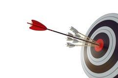 Pfeil schlug die Mitte des Ziels Geschäftsziel-Leistungskonzept Getrennt auf weißem Hintergrund Wiedergabe 3d lizenzfreie stockfotos