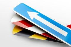 Pfeil-und Streifen-Verkehrsschilder Stockbild