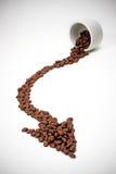 Pfeil vom Cup mit Kaffeebohnen Lizenzfreie Stockfotografie