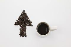 Pfeil von coffe Bohne auf weißem Hintergrund Lizenzfreies Stockfoto