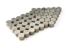 Pfeil von Münzen auf weißem Hintergrund Stockfotografie
