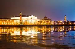 Pfeil von Vasilyevsky Island nachts im wolkigen Wetter in St Petersburg Stockfotos