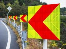 Pfeil-Zeichen-Richtungsverkehrs-Landstraßenstraße reflektierend lizenzfreies stockbild