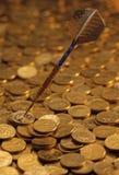 Pfeile auf gehäuft von den Goldmünzen Lizenzfreies Stockbild