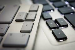Pfeile auf zwei Tastaturen - Weiß und Schwarzes Stockbilder
