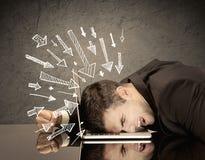 Pfeile, die auf traurigen Büroangestellten zeigen Stockbilder