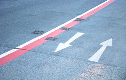 Straßenmarkierungs-Richtungspfeile Stockfoto