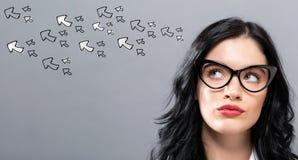 Pfeile mit junger Geschäftsfrau Lizenzfreies Stockfoto