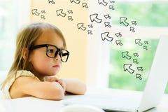 Pfeile mit kleinem Mädchen Lizenzfreie Stockfotografie
