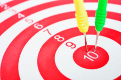 Pfeile schießen das Schlagen der Mitte eines Ziels Stockbild