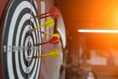 Pfeilnahaufnahme auf unscharfem Hintergrund Pfeile im Ziel lizenzfreie stockfotos
