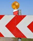 PfeilVerkehrsschild mit Warnsignal Stockfoto