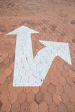 Pfeilverkehrssymbol auf sechseckigem Block Lizenzfreie Stockfotografie