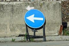 PfeilVerkehrszeichen auf der Wand für vorübergehende Straße arbeitet Lizenzfreie Stockbilder