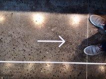 Pfeilzeichen auf dem Boden lizenzfreies stockbild