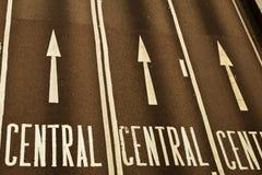 Pfeilzeichen auf der Straße Stockbild