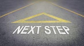 Pfeilzeichen, das auf die Vorwärtsstraße für nächsten Schritt zeigt Stockbild