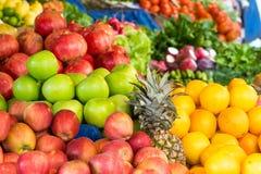 Äpfel, Orangen und andere Früchte Stockfoto