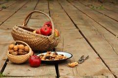 Äpfel u. Walnüsse Lizenzfreie Stockfotos