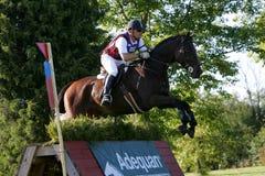 Pferd, das in einen Wettbewerb läuft Lizenzfreies Stockfoto