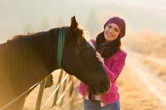 Pferd der jungen Frau Stockfotos