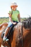 Pferd des kleinen Mädchens Reit lizenzfreie stockbilder