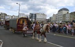 Pferd gezeichnete Lastwagen und Ausführende führen die Margate-Karnevalsparade Lizenzfreies Stockbild