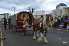 Pferd gezeichnete Lastwagen und Ausführende führen die Margate-Karnevalsparade Stockfotos