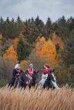 Pferd-Jagd mit Reitern in der Reitgewohnheit Lizenzfreie Stockfotografie