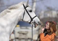 Pferd mit einem Mädchen Stockfoto