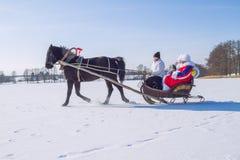 Pferd mit Pferdeschlitten und Völker auf dem gefrorenen See Lizenzfreies Stockfoto