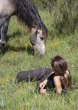 Pferd und Frauen Stockbild