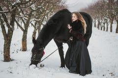 Pferd und Mädchen im Winterholz Stockfotografie