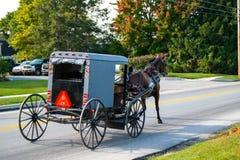 Pferd zieht Buggy in Lancaster County stockbild