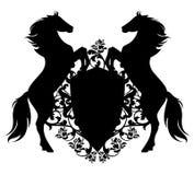 Pferde mit Schild unter heraldischem Vektor der rosafarbenen Blumen entwerfen Stockfotografie