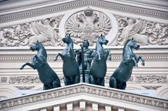 Pferde und Mitfahrer auf großem Theater lizenzfreie stockbilder