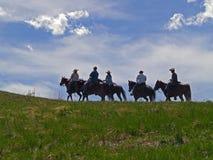 Pferde und Mitfahrer auf Ridge Lizenzfreie Stockfotografie